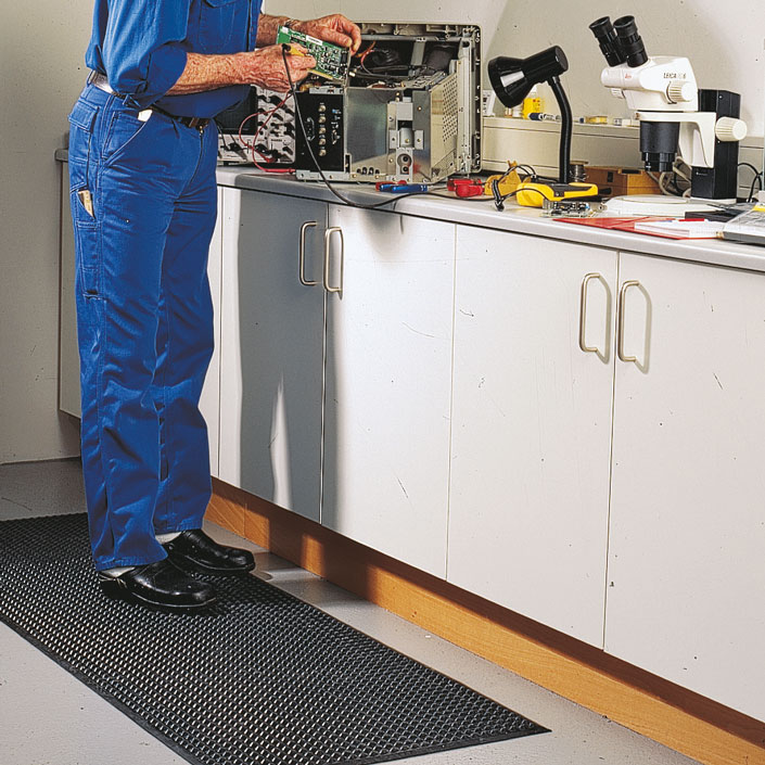 Jak zabezpieczyć miejsce pracy przedrozładowaniem elektrostatycznym?